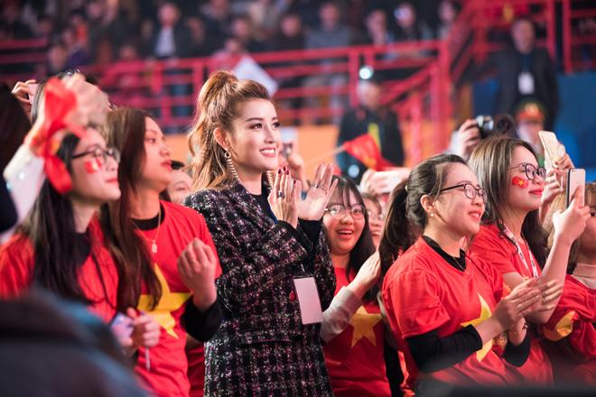 Huyền My khiến tuyển U23 Việt Nam ngại ngùng khi chụp hình - 8