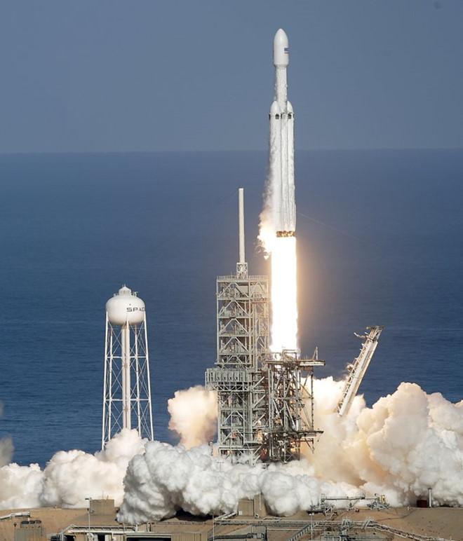 Tên lửa mạnh nhất xưa nay đưa xe của tỷ phú 80 thế giới đến sao Hỏa