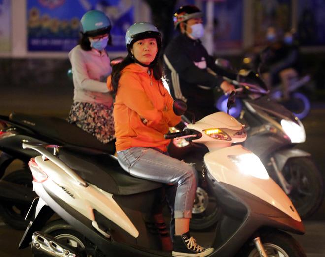 Ảnh: Người Sài Gòn co ro trong tiết trời se lạnh ngày cận Tết - 2