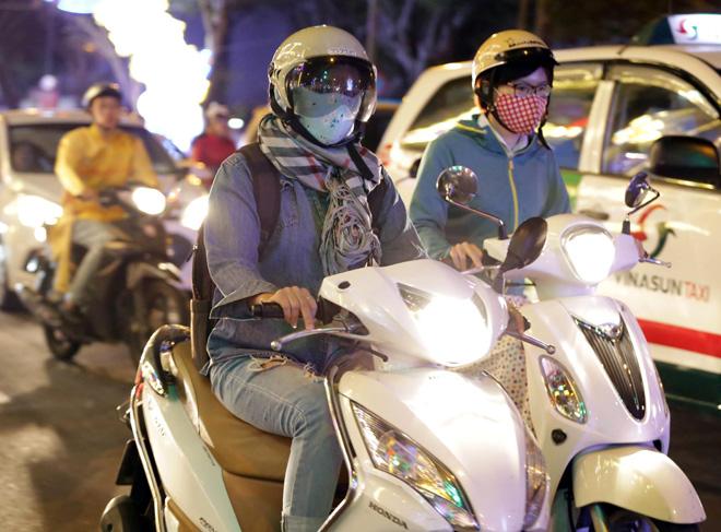 Ảnh: Người Sài Gòn co ro trong tiết trời se lạnh ngày cận Tết
