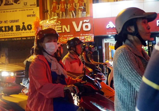 Ảnh: Người Sài Gòn co ro trong tiết trời se lạnh ngày cận Tết - 10