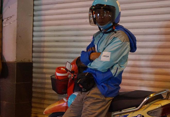 Ảnh: Người Sài Gòn co ro trong tiết trời se lạnh ngày cận Tết - 6