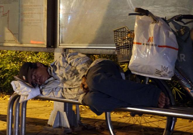 Ảnh: Người Sài Gòn co ro trong tiết trời se lạnh ngày cận Tết - 5