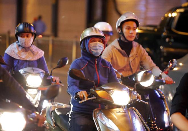 Ảnh: Người Sài Gòn co ro trong tiết trời se lạnh ngày cận Tết - 12
