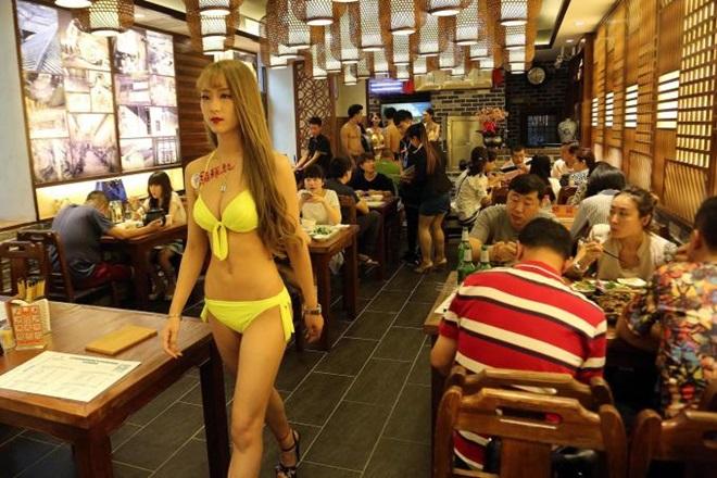 Người mẫu mặc có cũng như không để câu khách cho hàng quán - 9