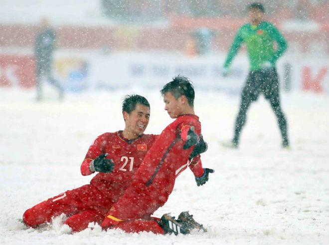 """U23 Việt Nam: Quang Hải tái hiện màn """"cào tuyết đá phạt"""" ở sân làng - 1"""