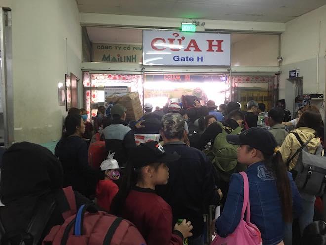 Chưa nghỉ Tết, người dân Sài Gòn hối hả về quê, bến xe kẹt cứng - 1