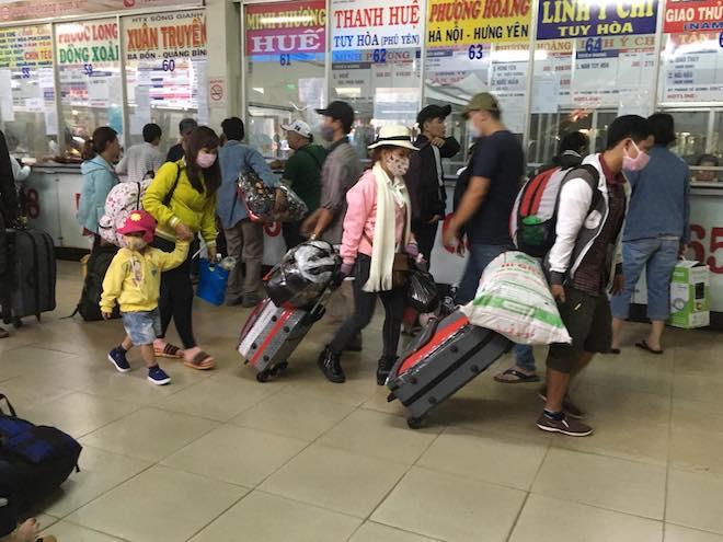 Chưa nghỉ Tết, người dân Sài Gòn hối hả về quê, bến xe kẹt cứng - 7