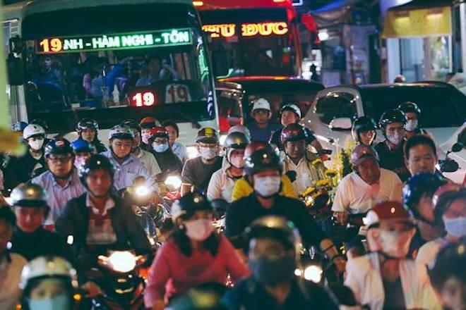 TP.HCM: Kẹt xe từ đường lớn đến ngõ hẻm, nghìn người vật vã tìm lối thoát - 2
