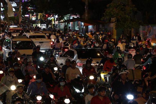 TP.HCM: Kẹt xe từ đường lớn đến ngõ hẻm, nghìn người vật vã tìm lối thoát - 4