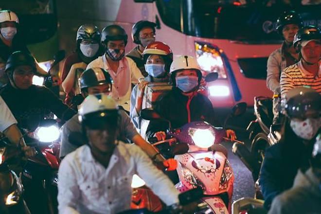 TP.HCM: Kẹt xe từ đường lớn đến ngõ hẻm, nghìn người vật vã tìm lối thoát - 3