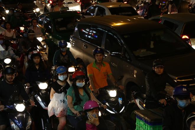 TP.HCM: Kẹt xe từ đường lớn đến ngõ hẻm, nghìn người vật vã tìm lối thoát - 5