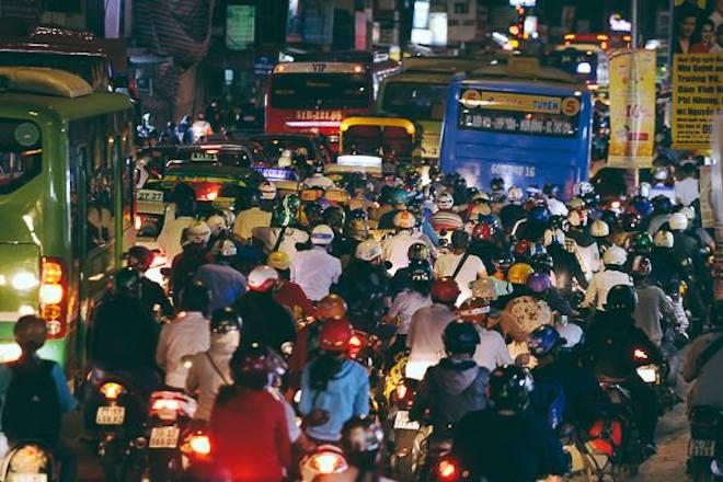 TP.HCM: Kẹt xe từ đường lớn đến ngõ hẻm, nghìn người vật vã tìm lối thoát - 1