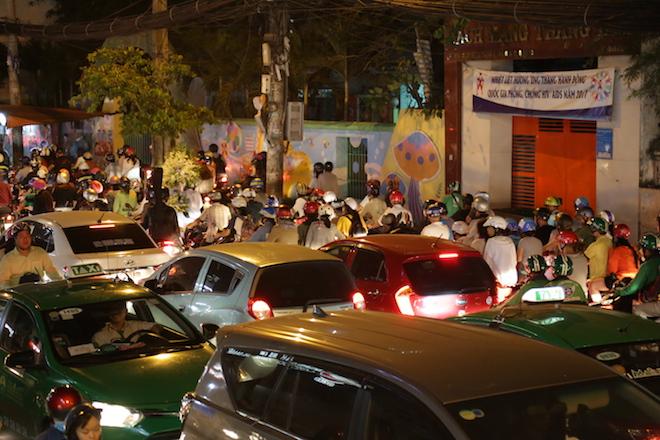 TP.HCM: Kẹt xe từ đường lớn đến ngõ hẻm, nghìn người vật vã tìm lối thoát - 6