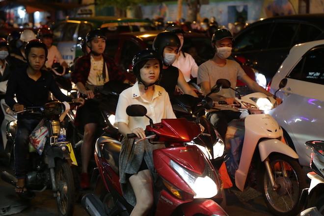 TP.HCM: Kẹt xe từ đường lớn đến ngõ hẻm, nghìn người vật vã tìm lối thoát - 11