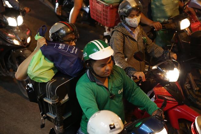 TP.HCM: Kẹt xe từ đường lớn đến ngõ hẻm, nghìn người vật vã tìm lối thoát - 9