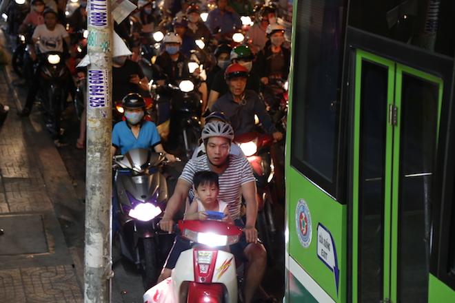 TP.HCM: Kẹt xe từ đường lớn đến ngõ hẻm, nghìn người vật vã tìm lối thoát - 7
