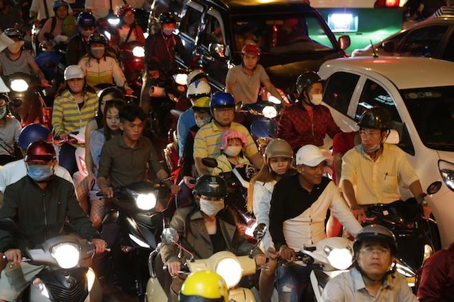 TP.HCM: Kẹt xe từ đường lớn đến ngõ hẻm, nghìn người vật vã tìm lối thoát - 10