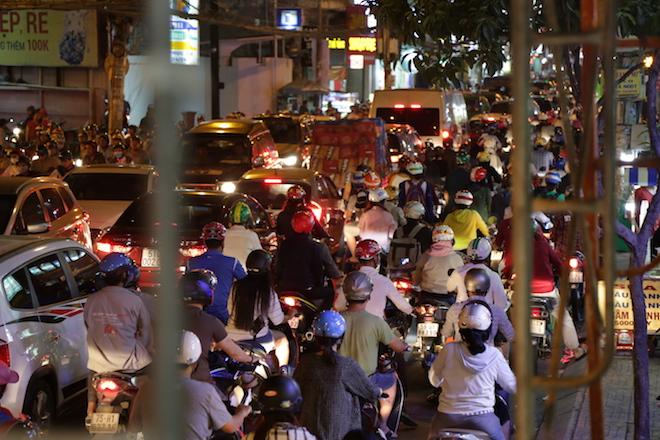 TP.HCM: Kẹt xe từ đường lớn đến ngõ hẻm, nghìn người vật vã tìm lối thoát - 8