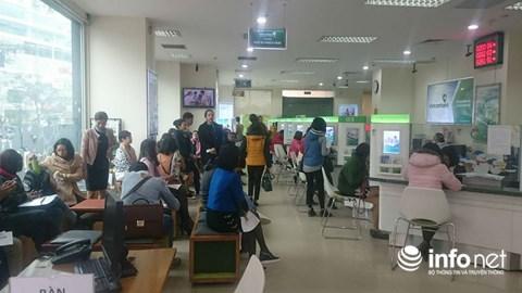 Cận Tết, khách chờ chực la liệt tại quầy giao dịch ngân hàng - 1