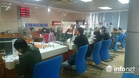 Cận Tết, khách chờ chực la liệt tại quầy giao dịch ngân hàng - 4