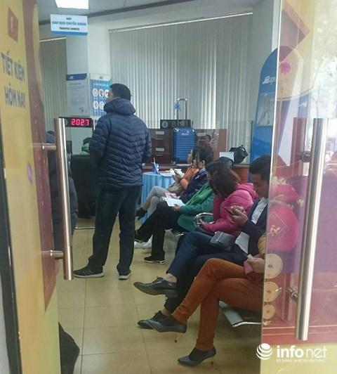 Cận Tết, khách chờ chực la liệt tại quầy giao dịch ngân hàng - 6