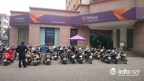 Cận Tết, khách chờ chực la liệt tại quầy giao dịch ngân hàng - 8