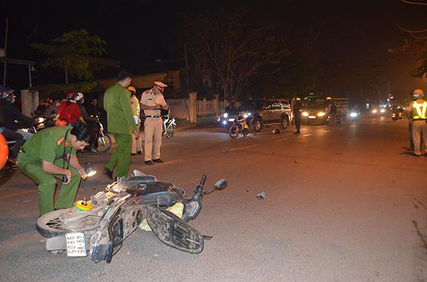 Hình ảnh Lao xe máy vào hiện trường vụ tai nạn giao thông, 1 thanh niên tử vong số 1