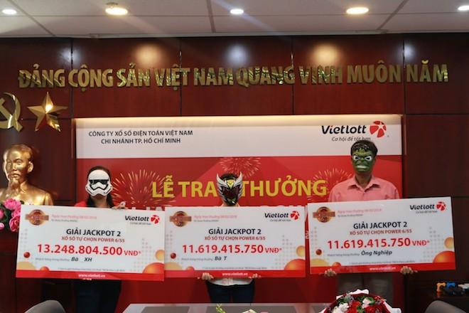3 người cùng đeo mặt nạ đi nhận hơn chục tỉ của Vietlott về ăn Tết - 1