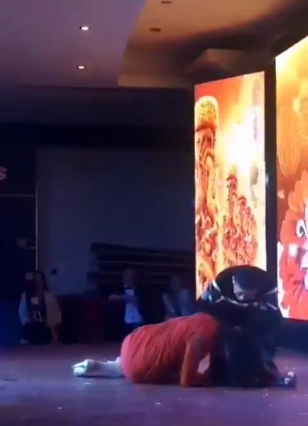 Sếp quăng nữ diễn viên ngã trên sân khấu khiến dân mạng phẫn nộ - 2