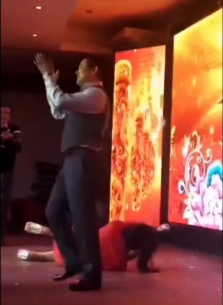 Sếp quăng nữ diễn viên ngã trên sân khấu khiến dân mạng phẫn nộ - 3