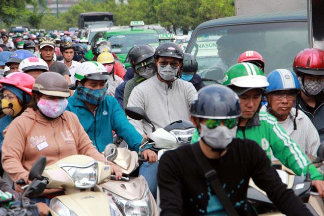"""Ngàn người """"hóa điên"""" ở cửa ngõ Tân Sơn Nhất chiều 25 Tết - 7"""