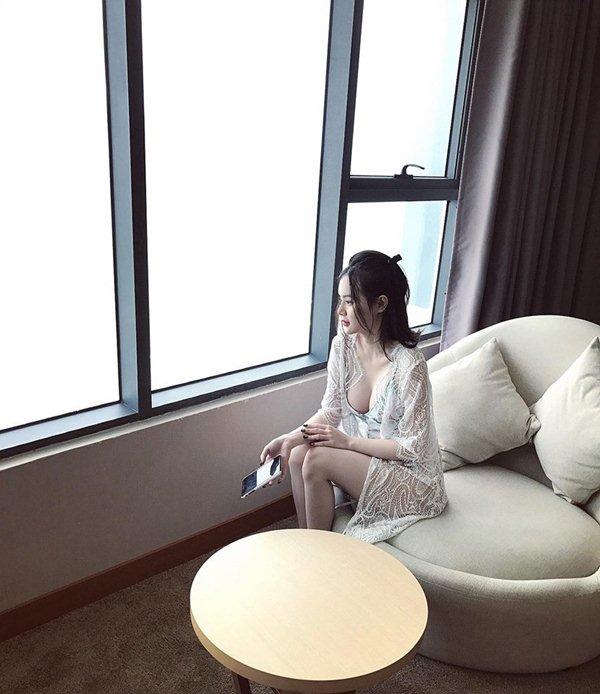 Nín thở với loạt váy áo ngủ trễ nải của em gái Angela Phương Trinh - 1