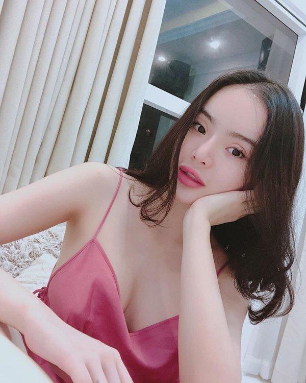 Nín thở với loạt váy áo ngủ trễ nải của em gái Angela Phương Trinh