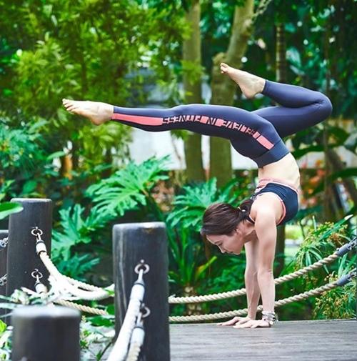 Ngưỡng mộ mẹ bỉm sữa vừa chăm con vừa tập yoga cực điêu luyện - 3