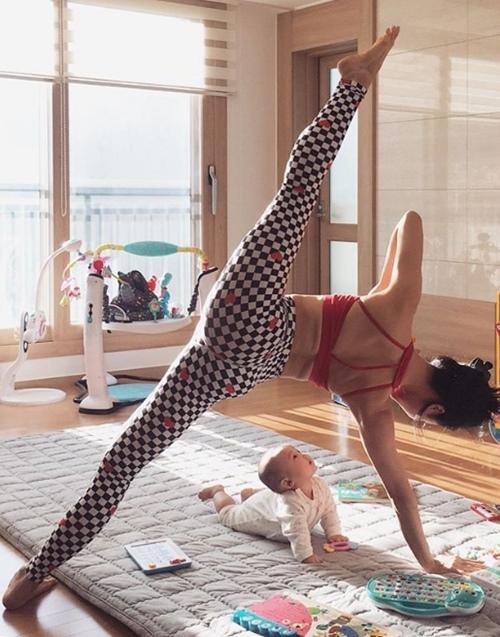 Ngưỡng mộ mẹ bỉm sữa vừa chăm con vừa tập yoga cực điêu luyện - 6
