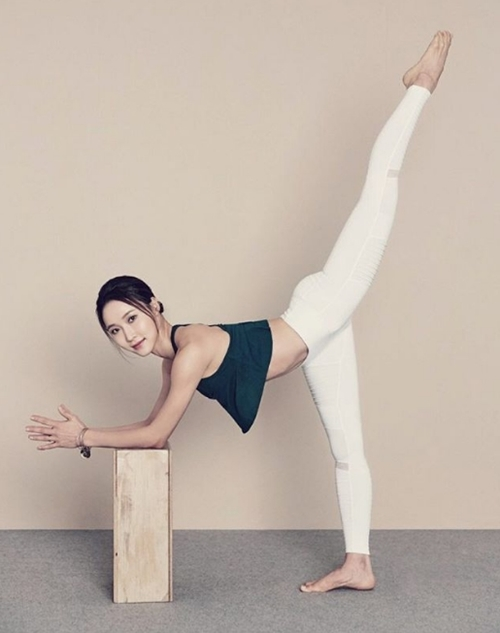 Ngưỡng mộ mẹ bỉm sữa vừa chăm con vừa tập yoga cực điêu luyện - 2