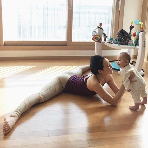 Ngưỡng mộ mẹ bỉm sữa vừa chăm con vừa tập yoga cực điêu luyện - 7