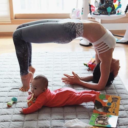 Ngưỡng mộ mẹ bỉm sữa vừa chăm con vừa tập yoga cực điêu luyện - 5