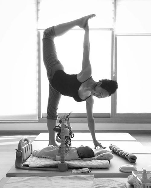 Ngưỡng mộ mẹ bỉm sữa vừa chăm con vừa tập yoga cực điêu luyện - 11