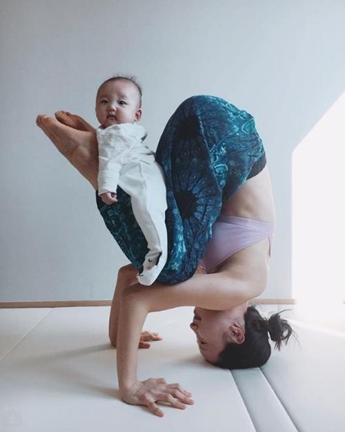 Ngưỡng mộ mẹ bỉm sữa vừa chăm con vừa tập yoga cực điêu luyện - 12