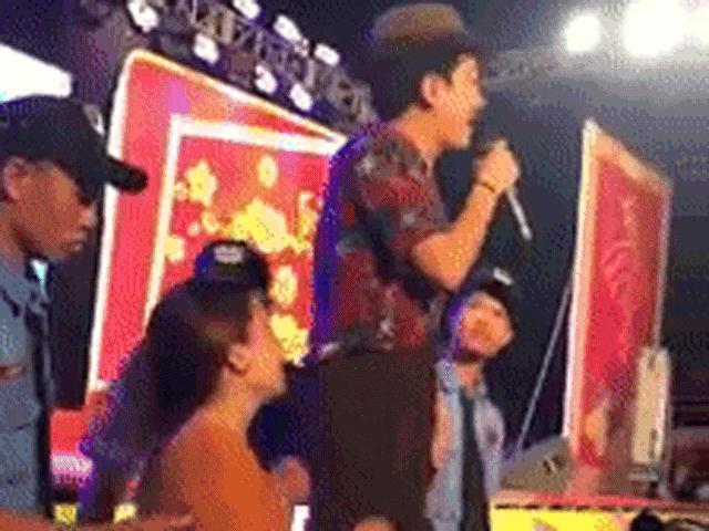 Đến lượt Trường Giang bị fan nữ sờ soạng, kéo quần trên sân khấu
