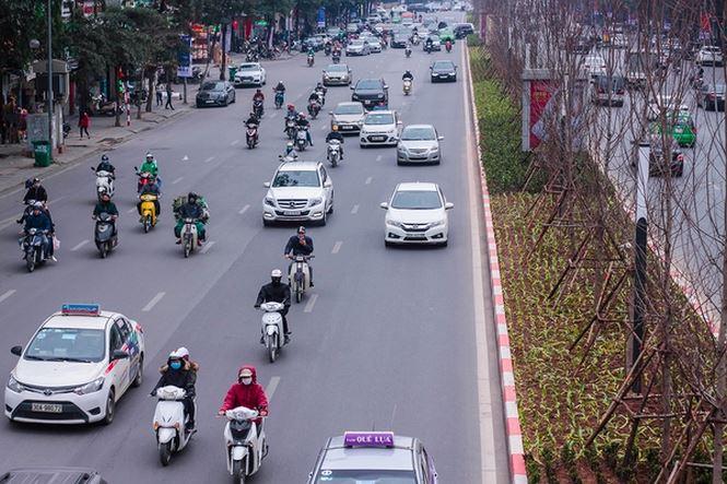 Hàng cây phong lá đỏ nảy lộc đón Tết giữa đường phố Thủ đô - 8