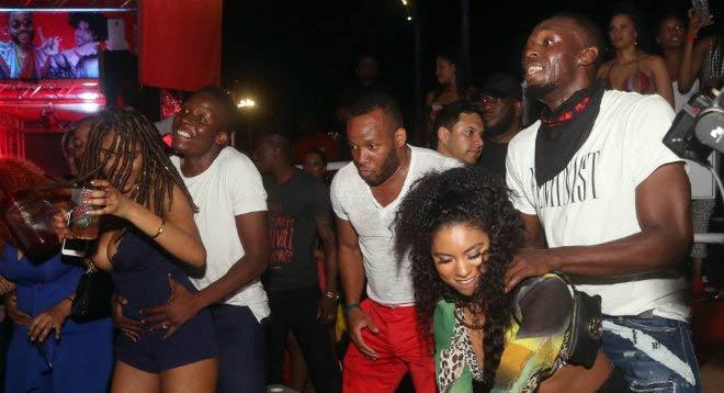 """Usain Bolt quên giấc mơ đến MU, thác loạn """"điên cuồng"""" bên mỹ nhân 2"""