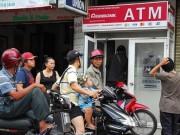 Tài chính - Bất động sản - Phát khóc vì ATM 'đứng hình' ngày Tết