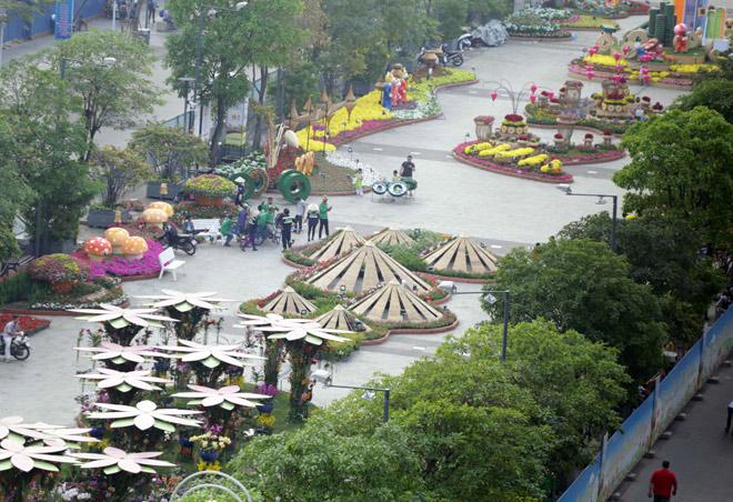 Hàng loạt linh vật Tết Mậu Tuất lộ diện trên phố đi bộ Nguyễn Huệ trước giờ G - 7