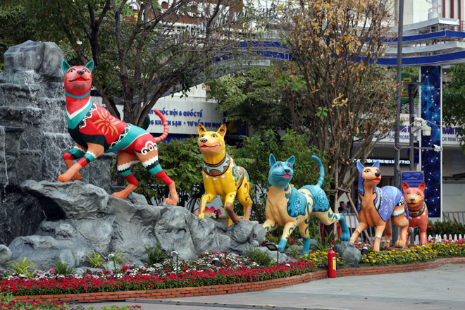 Hàng loạt linh vật Tết Mậu Tuất lộ diện trên phố đi bộ Nguyễn Huệ trước giờ G - 6