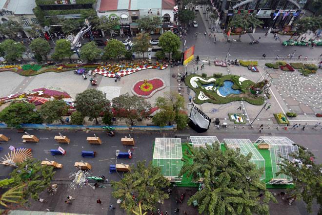 Hàng loạt linh vật Tết Mậu Tuất lộ diện trên phố đi bộ Nguyễn Huệ trước giờ G - 2
