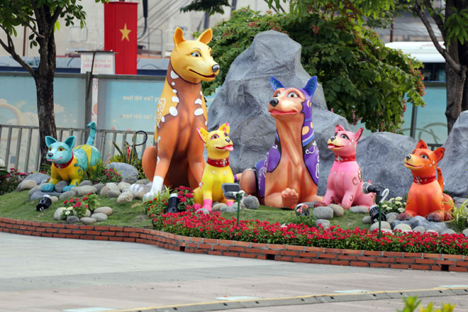 Hàng loạt linh vật Tết Mậu Tuất lộ diện trên phố đi bộ Nguyễn Huệ trước giờ G - 5