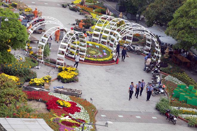 Hàng loạt linh vật Tết Mậu Tuất lộ diện trên phố đi bộ Nguyễn Huệ trước giờ G